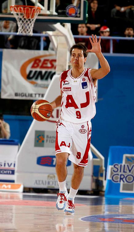 DESCRIZIONE : Milano Lega A1 2005-06 Armani Jeans Milano Navigo.it Teramo <br /> GIOCATORE : Bulleri <br /> SQUADRA : Armani Jeans Milano <br /> EVENTO : Campionato Lega A1 2005-2006 <br /> GARA : Armani Jeans Milano Navigo.it Teramo <br /> DATA : 13/11/2005 <br /> CATEGORIA : Palleggio <br /> SPORT : Pallacanestro <br /> AUTORE : Agenzia Ciamillo-Castoria/C.Scaccini <br /> Galleria : Lega Basket A1 2005-2006 <br /> Fotonotizia : Milano Campionato Italiano Lega A1 2005-2006 Armani Jeans Milano Navigo.it Teramo <br /> Predefinita :
