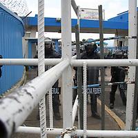 Villa de Allende, Mex.- Más de 400 indigenas mazahuas, de municipios aledaños al sistema Cutzamala, volvieron a tomar de forma simbólica, la entrada de las instalaciones de CONAGUA, como protesta ante la falta de cumplimiento del gobierno de llevar planes sustentables a cambio de la explotacion del agua en esa zona. En el interior, elementos de la policia federal y del ejército, custodiaban el edificio. Agencia MVT / Luis Enrique Hernandez V. (DIGITAL)<br /> <br /> <br /> <br /> NO ARCHIVAR - NO ARCHIVE