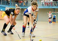 UTRECHT - Hoofdklasse Zaalhockey: Roos Drost (r) van SCHC aan de bal tijdens de wedstrijd tussen de vrouwen van Den Bosch en SCHC.  links Vera Vorstenbosch van Den Bosch. FOTO KOEN SUYK
