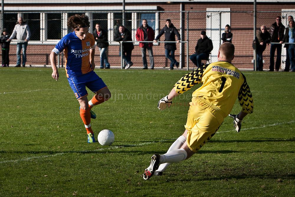 Hoogkerk/Groningen 20111022. PKC '83 aanvaller Dennis van den Driessche tegenover Drenthina doelman Michiel Sanders. foto: Pepijn van den Broeke. kilometers: 16