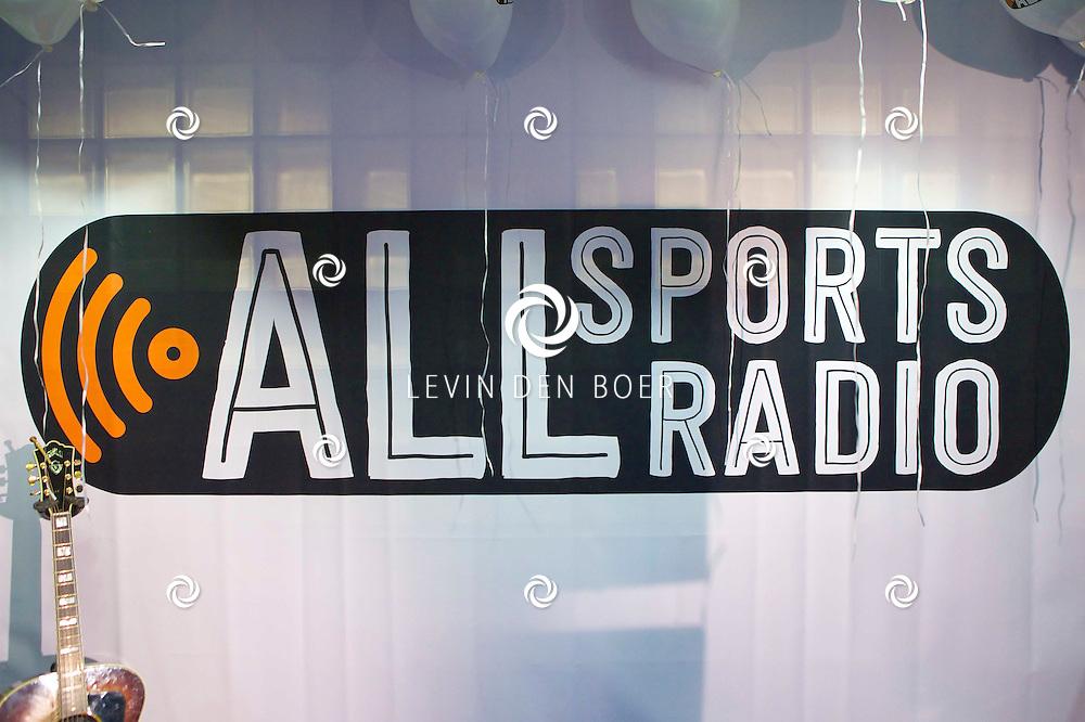 HILVERSUM - Op het Mediapark is vanmiddag een nieuwe radio sportzender gelanceerd. Diversen sporters en bekende Nederlanders kwamen even een kijkje nemen. Met op de foto het logo van All Sports Radio. FOTO LEVIN DEN BOER - PERSFOTO.NU