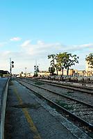 Le Ferrovie del Sud Est nascono in Puglia, nell'ottobre del 1931. A questà nuova società veniva dato in concessione l'insieme delle reti ferroviarie precedentemente gestite da diversi organismi (Società per le Ferrovie Salentine, Società per le Ferrovie Sussidiate, Ferrovie dello Stato)..Le aree pugliesi attraversate dalla società ferroviaria sono l'area barese, la fascia Taranto-Brindisi e l'area leccese-salentina, collegando fra loro i capoluoghi di Bari, Taranto e Lecce, nonché oltre 130 comuni delle province meridionali..Il reportage fotografico sulle Ferrovie Sud Est intende testimoniare l'evoluzione tecnologica che, durante gli anni, ha modificato e migliorato il servizio ferroviario e la convivenza del progresso con tracce del passato, attraverso un viaggio tra le stazioni e i depositi..Stazione di Mungivacca.