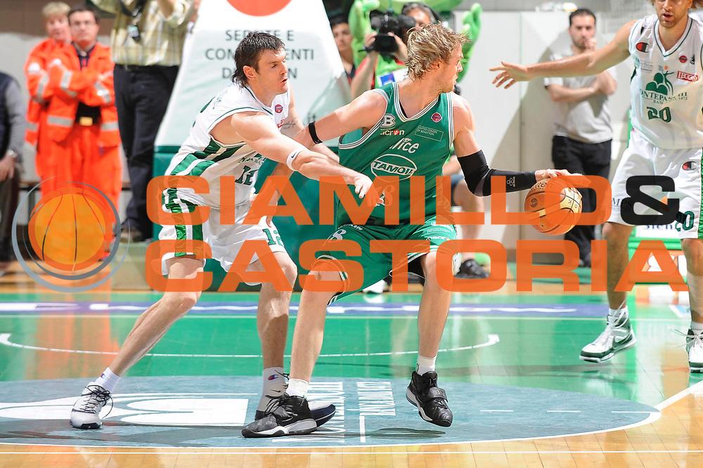 DESCRIZIONE : Siena Lega A 2008-09 Playoff Semifinale Gara 1 Montepaschi Siena Benetton Treviso<br /> GIOCATORE : Charles Judson Wallace<br /> SQUADRA : Benetton Treviso<br /> EVENTO : Campionato Lega A 2008-2009<br /> GARA : Montepaschi Siena Benetton Treviso<br /> DATA : 30/05/2009<br /> CATEGORIA : Palleggio<br /> SPORT : Pallacanestro<br /> AUTORE : Agenzia Ciamillo-Castoria/G.Ciamillo