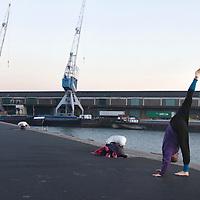 Nederland Rotterdam 21-03-2009 20090321Foto: David Rozing ..Rotterdam kop van zuid, vrouw doet verschillende oefeningen, een mix van joga, dans, capoeira, martial fighting art en meditatie. Woman doing physical exercise in open air in city of Rotterdam   Foto: David Rozing