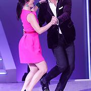 NLD/Hilversum/20120901 - 2de liveshow AVRO Strictly Come Dancing 2012, presentatoren Reinou Oerlemans en Kim Lian van der Meij