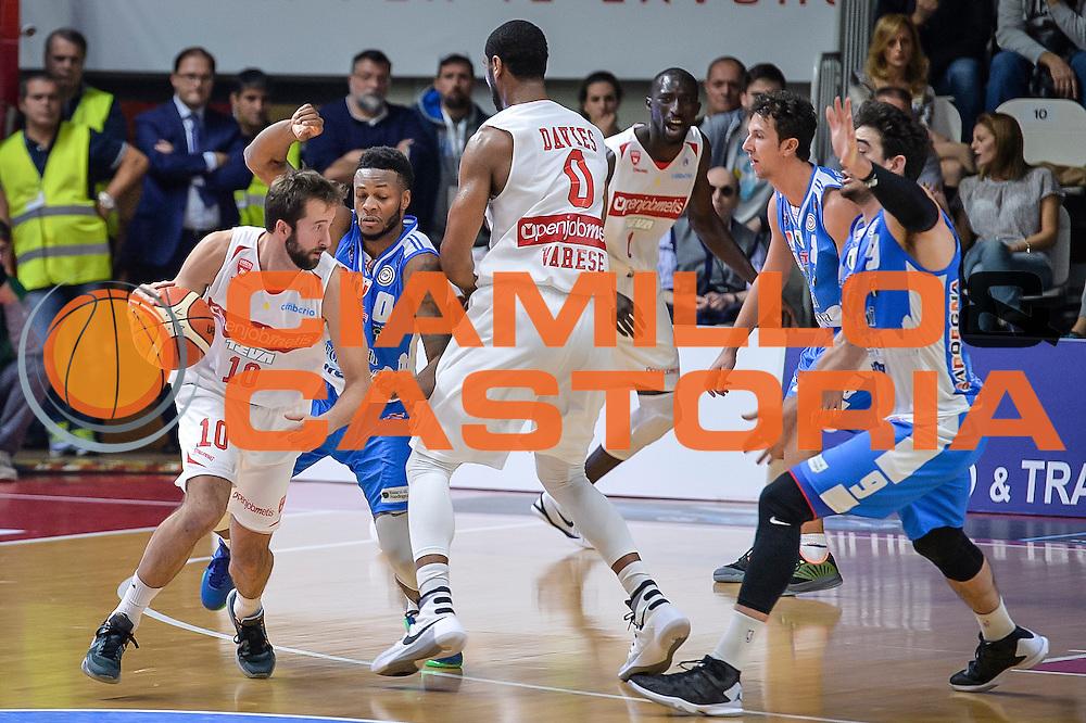 DESCRIZIONE : Varese Lega A 2015-16 Openjobmetis Varese Dinamo Banco di Sardegna Sassari<br /> GIOCATORE : Daniele Cavaliero<br /> CATEGORIA : Palleggio Controcampo<br /> SQUADRA : Openjobmetis Varese<br /> EVENTO : Campionato Lega A 2015-2016<br /> GARA : Openjobmetis Varese - Dinamo Banco di Sardegna Sassari<br /> DATA : 27/10/2015<br /> SPORT : Pallacanestro<br /> AUTORE : Agenzia Ciamillo-Castoria/M.Ozbot<br /> Galleria : Lega Basket A 2015-2016 <br /> Fotonotizia: Varese Lega A 2015-16 Openjobmetis Varese - Dinamo Banco di Sardegna Sassari