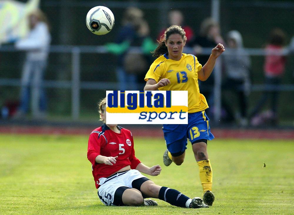 Fotball<br /> Landskamp J15/16 &aring;r<br /> Tidenes f&oslash;rste landskamp for dette alderstrinnet<br /> Sverige v Norge 1-3<br /> Steungsund<br /> 11.10.2006<br /> Foto: Anders Hoven, Digitalsport<br /> <br /> Eirin Bjerkreim Kleppa - Fr&oslash;yland / Norge<br /> Lisa Klinga - Sverige