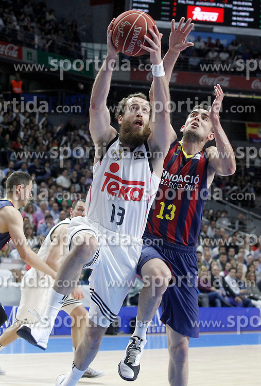 12.04.2015, Palacio de los Deportes, Madrid, ESP, Liga ACB, Real Madrid vs FC Barcelona, im Bild Real Madrid's Sergio Rodriguez (l) and FC Barcelona's Tomas Satoransky // during Liga Endesa ACB match between Real Madrid and FC Barcelona at the Palacio de los Deportes in Madrid, Spain on 2015/04/12. EXPA Pictures &copy; 2015, PhotoCredit: EXPA/ Alterphotos/ Acero<br /> <br /> *****ATTENTION - OUT of ESP, SUI*****
