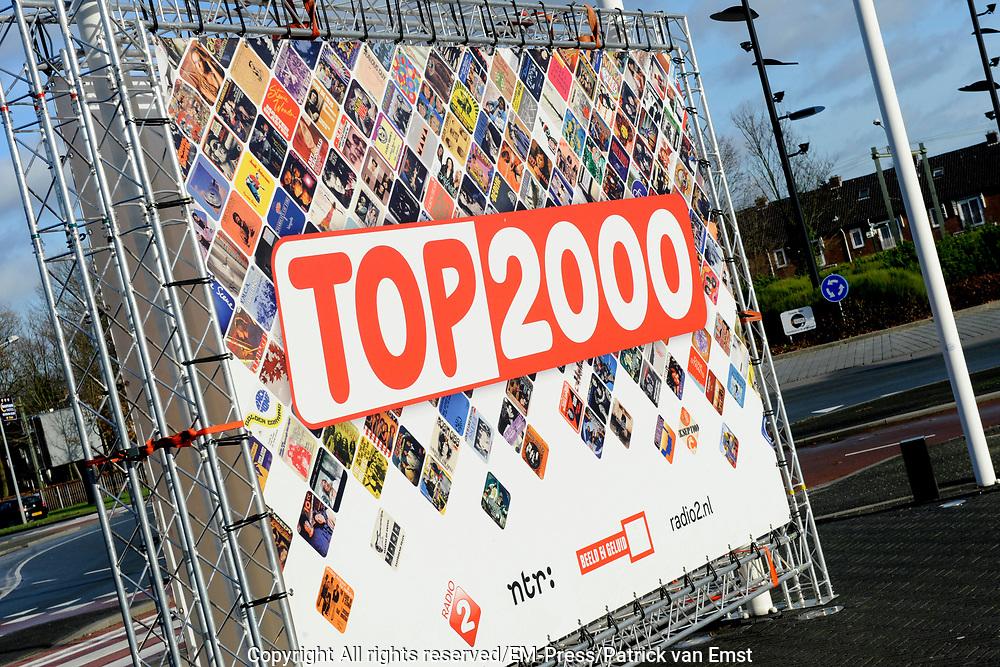 Gijs Staverman start het eerste nummer van de Top 2000 in de studio van het Top 2000 Cafe Het is de eerste keer dat Gijs Staverman de (15e) editie van de Top 2000 presenteerd.