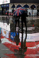 London. UK Piccadilly Circus area people reflection in the rain / Londres . Grande Bretagne. Quartier de PIccadilly. reflets des passants dans la rue