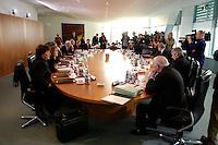 06 APR 2005, BERLIN/GERMANY:<br /> Uebersicht Kabinettstisch, vor Beginn der Kabinettsitzung, Bundeskanzleramt<br /> IMAGE: 20050406-01-018<br /> KEYWORDS: Sitzung, Kabinett