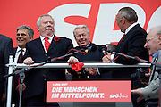 Maiaufmarsch (Labour Day March) in front of Vienna's City Hall of the SPOE (Social Democratic Party of Austria). Starting from l.: Minister of Traffic and Infrastructure Werner Faymann, Vienna Mayor Michael Ha?upl, former Chancellor Franz Vranitzky greeting Chancellor Alfred Gusenbauer.