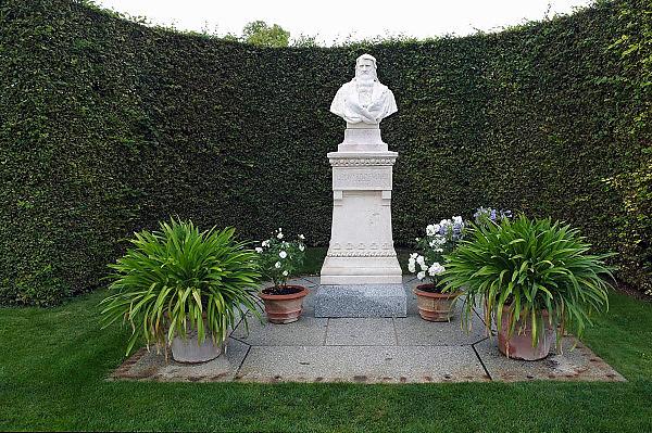 Frankrijk, Amboise, 31-8-2013De plek naast het kasteel waar in 1869 menselijke resten werden gevonden die na onderzoek aan Leonardoi Da Vinci werden toegeschreven. Hij was op het terrein van het chateau begraven en zijn resten zijn herbegraven in de kapel saint Hubert die ook naast het kasteel ligt.Foto: Flip Franssen/Hollandse Hoogte