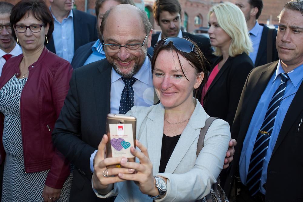 Zum Auftakt der heissen Wahlkampfphase besucht SPD-Kanzlerkandidat Martin Schulz zusammen mit Manuela Schwesig, Ministerpraesidentin des Landes Mecklenburg-Vorpommern, das Ozeaneum Stralsund und anschliessend ein Buergerfest auf der Hafeninsel. Viele Buerger bitten Schulz um ein Selfie.