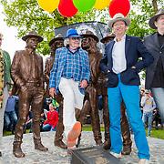 NLD/Hummelo/20180510 - Onthulling standbeeld Normaal, Bennie Jolink, Willem Terhorst, Ferdi Joly en de weduwe van drummer Jan Manschot