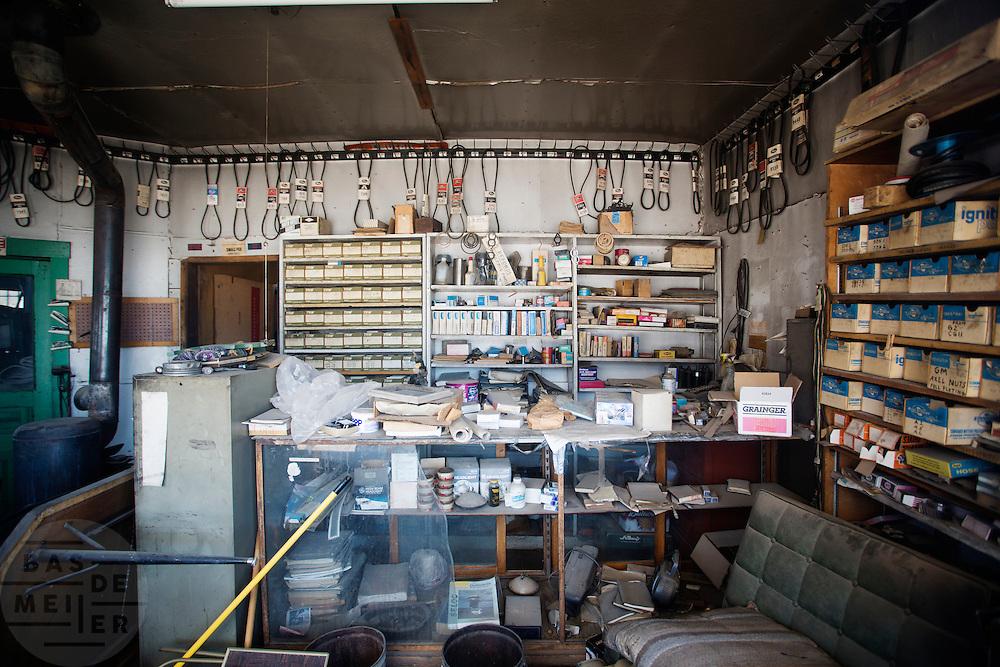 Het interieur van de Dahlstrom Garage is onveranderd sinds het is verlaten. Goldfield, Nevada, is een bijna verlaten ghost town in Esmeralda County, gelegen aan de State Route 95. Tussen 1906 en 1910 was Goldfield de grootste plaats in de Amerikaanse staat Nevada met meer dan 20.000 inwoners. Momenteel leven er tussen de 200 en 300 mensen. Het plaatsje is groot geworden door de vondst van goud in 1902. Vanaf 1910 daalde het aantal inwoners snel en in 1923 is een groot deel verwoest door een brand. De overgebleven huizen zijn grotendeels verlaten, maar worden nog altijd onderhouden door de inwoners. Daarmee wordt de geschiedenis van de het plaatsje bewaard.<br /> <br /> The interior of the Dahlstrom Garage is unchanged since it was abandoned. Goldfield, Nevada, is an almost deserted ghost town in Esmeralda County. Between 1906 and 1910, Goldfield was the largest town in the state of Nevada with more than 20,000 inhabitants. Currently, there are between 200 and 300 people. The town has grown with the discovery of gold in 1902. From 1910, the population declined rapidly, and in 1923 the town was largely destroyed by a fire. The remaining houses are largely abandoned, but are still maintained by the residents. This way the history of the town is preserved.