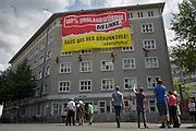 Aktivisten der Umweltschutzorganisation Greenpeace protestieren im und auf dem Karl-Liebknecht-Haus f&uuml;r einen Ausstieg aus der Kohleenergie. Kletterer h&auml;ngen an die Parteizentrale der Linken ein Transparent: 100% unglaubw&uuml;rdig - Raus aus der Braunkohle. Die rot-rote Landesregierung in Brandenburg will &uuml;ber eine Ausdehnung des Tagebaus im s&uuml;dlichen Brandenburg entscheiden, eine Zustimmung gilt als sehr wahrscheinlich.  <br /> <br /> &copy; Christian Mang / info@imagedeluxe.net