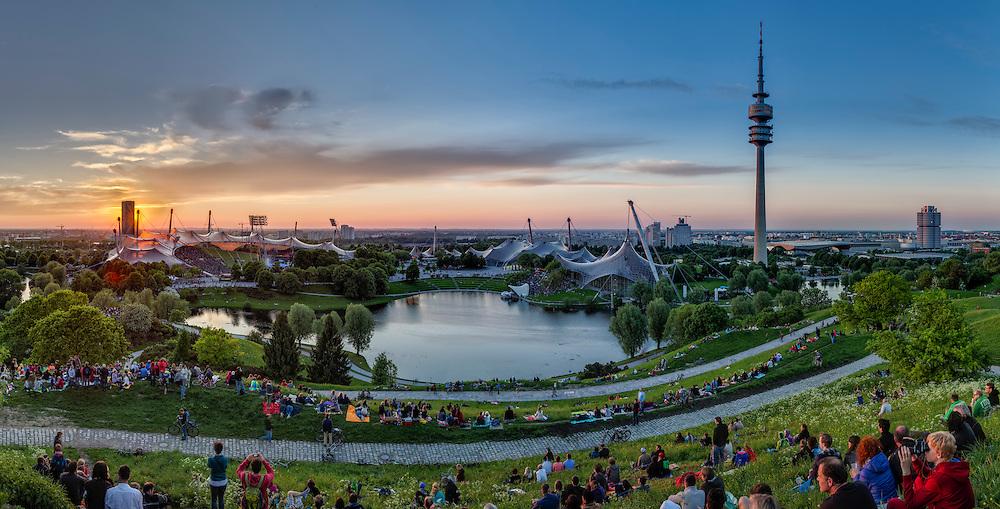 Der Olympiapark gehört zu den beeindruckendsten und beliebtesten Orten Münchens. Anlässlich der Olympischen Spiele 1972 angelegt, finden sich hier einige der wichtigsten Bauwerke der bayerischen Landeshauptstadt.