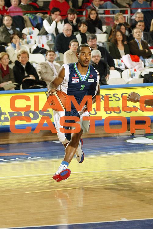DESCRIZIONE : Varese Lega A1 2005-06 Whirlpool Pallacanestro Varese Roseto Basket<br /> GIOCATORE : Flores<br /> SQUADRA : Roseto Basket<br /> EVENTO : Campionato Lega A1 2005-2006 <br /> GARA : Whirlpool Pallacanestro Varese Roseto Basket<br /> DATA : 03/03/2006 <br /> CATEGORIA : Palleggio<br /> SPORT : Pallacanestro <br /> AUTORE : Agenzia Ciamillo-Castoria/G.Cottini