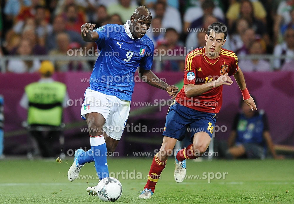 01.07.2012, Olympia Stadion, Kiew, UKR, UEFA EURO 2012, Spanien vs Italien, Finale, im Bild, MARIO BALOTELLI SERGIO BUSQUETS // during the UEFA Euro 2012 Final Match between Spain and Italy at the Olympic Stadium, Kiev, Ukraine on 2012/07/01. EXPA Pictures © 2012, PhotoCredit: EXPA/ Newspix/ Lukasz Laskowski..***** ATTENTION - for AUT, SLO, CRO, SRB, SUI and SWE only *****