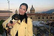 Stefania Petyx con il suo bassotto Carolina sulla terrazza della sua abitazione.<br /> Stefania Petyx with her dog in the terrace of her house.