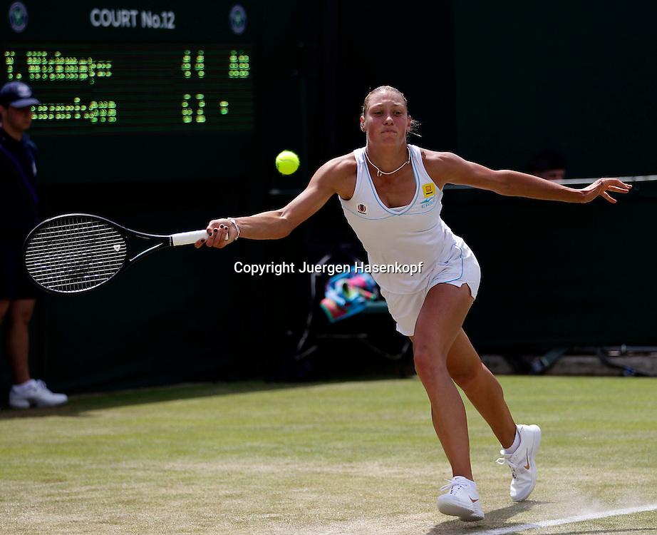 Wimbledon Championships 2011, AELTC,London,.ITF Grand Slam Tennis Tournament,Yanina Wickmayer (BEL),Einzelbild,Aktion,Ganzkoerper,Querformat,