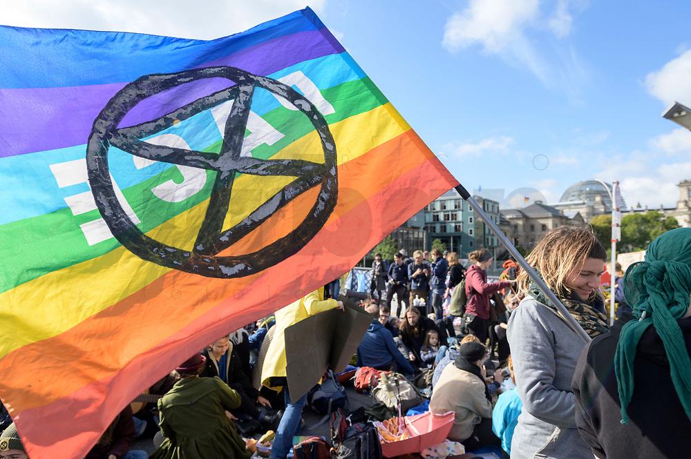"""09 OCT 2019, BERLIN/GERMANY:<br /> Junge Frau mit Flagge """"Pace"""" und Logo, Extinction Rebellion (XR), eine globale Umweltbewegung protestiert mit der Blockade von Verkehrsknotenpunkten fuer eine Kehrtwende in der Klimapolitik, im Hintergrund die Kuppel des Reichstagsgebaeudes, Marschallbruecke<br /> IMAGE: 20191009-02-031<br /> KEYWORDS: Demonstration, Demo, Demonstranten, Klima, Klimawandel, climate change, protest, Marschallbrücke"""