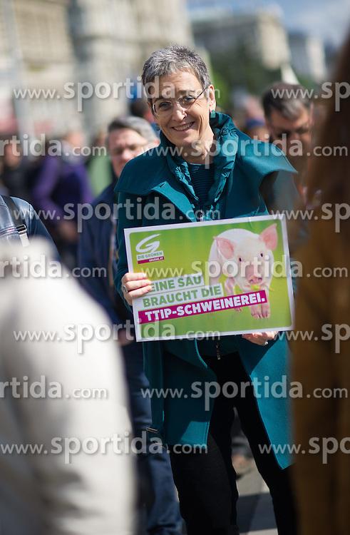 """18.04.2015, Innere Stadt, Wien, AUT, Globaler Aktionstag unter dem Motto """"Mensch und Umwelt vor Profit"""" gegen das Freihandelsabkommen zwischen USA und EU namens TTIP, im Bild Vizepräsidentin des Europaparlaments Ulrike Lunacek // MEP Ulrike Lunacek during international protest against TTIP trade deal at inner city of Vienna, Austria on 2015/04/18, EXPA Pictures © 2015, PhotoCredit: EXPA/ Michael Gruber"""