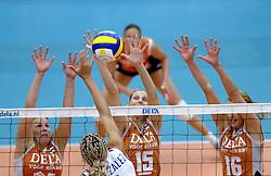14-10-2006 VOLLEYBAL: DELA TROPHY: NEDERLAND - CUBA: DEN BOSCH<br /> De Nederlandse volleybalsters hebben ook de tweede wedstrijd in de testserie tegen Cuba, met als inzet de Dela Cup, gewonnen. In Den Bosch zegevierde Oranje zaterdagavond opnieuw met 3-2 / Riette Fledderus, Ingrid Visser en Debby Stam <br /> ©2006-WWW.FOTOHOOGENDOORN.NL