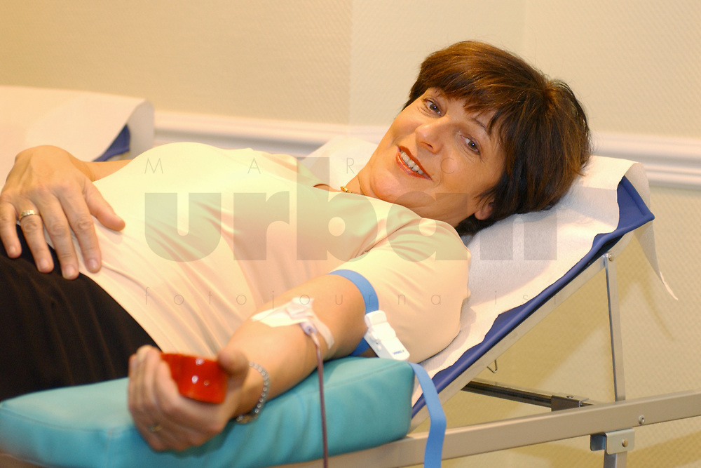 01 DEC 2002, BERLIN/GERMANY:<br /> Ulla Schmidt, SPD, Bundesgesundheitsministerin, nimmtan einer Blutspende Aktion teil, Hotel President<br /> IMAGE: 20021201-01-009<br /> KEYWORDS: spendet Blut, spenden