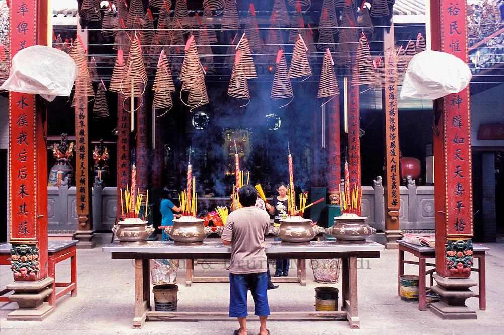 Vietnam. Ho Chi Minh-Ville (Saigon). Pagode de Quan Am dans le quartier chinois de Cholon. Encens. // Vietnam. Ho Chi Minh City (Saigon). Quan Am pagoda on the chinese quarter of Cholon. Incense.