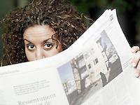 Hilversum 20090403 KRO,Raja, krantenlezer