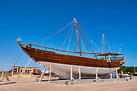 Sultanat d'Oman, gouvernorat de Ash Sharqiyah, le port de Sur, le village de pêcheurs de Ayjah, dhow en bois traditionnel en construction dans un chantiers navals // Sultanate of Oman, Al Sharqiya Region, Ayjah harbour in Sur, dhow in construction in shipyard