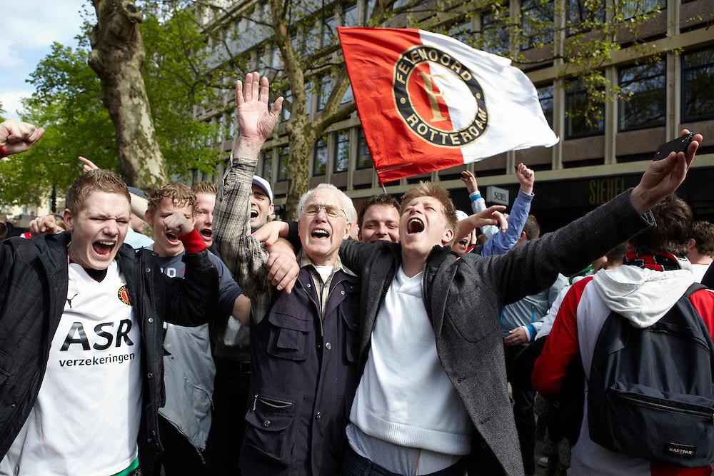 Nederland. Rotterdam, 6  mei 2012.<br /> Stadhuisplein, Feyenoordsupporters vieren de overwinning op Heerenveen en het bereiken van de tweede plaats,  Champions League voetbal, fan, fans, supporters, voetbalsupporters, Feyenoord, clubliefde, <br /> Foto : Martijn Beekman
