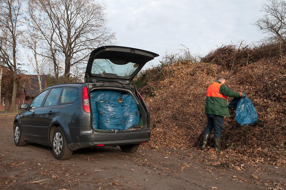 Ein Mann entleert einen Sack mit Laub auf einer Sammelstelle für Gruenzeug. In Regionen ohne Biotonne sind Gartenabfaelle und selbst zu entsorgen |