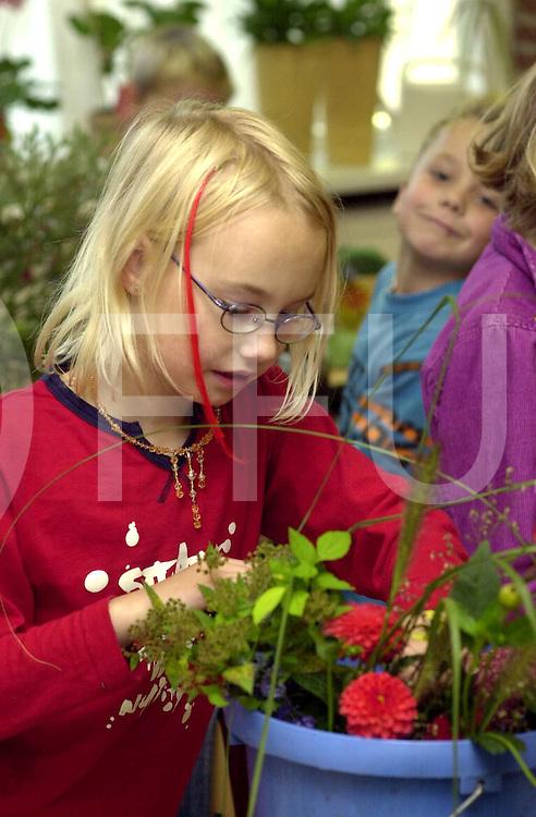 050920,vinkenbuurt,ned<br /> Leerliongen van OBS Vinkenbuurt,maken,bloemstukjes in kader van Floralia.<br /> fotografie frank uijlenbroek&copy;2005 frank uijlenbroek