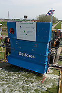 Golfklapproef op de Waddenzeedijk ter hoogte van de Slachtedijk te Oosterbierum. Onderzoek door Deltares en Infram in opdracht van het Ministerie van Infrastructuur en Milieu.