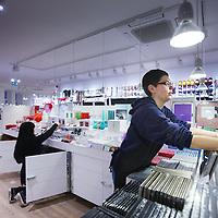 """Nederland, Amsterdam , 26 november 2013.<br /> Inrichting Deense winkel Flying Tiger op het Rembrandtplein dat vrijdag geopend wordt.<br /> De Flying Tiger is in Nederland aan een opmars bezig. Vooral in sinterklaastijd concurreert de nieuwe Deense winkelketen met de Action en de HEMA. Waar haal je nou de leukste cadeaus? Editie NL gaat shoppen.<br /> Budgetwinkels als Flying Tiger zijn populair. """"Een paar jaar geleden schaamde je je nog als je bij zo'n goedkope winkel kwam, nu wordt er op verjaardagsfeestjes opgeschept over wat bij de Action is gekocht"""", zegt Frank Quix, directeur van retailbureau Q&A Research.<br /> Volgens Quix is dat te danken aan dat de goedkope producten die deze winkels aanbieden er zogoed uitzien. De verschillen? """"Bij Action is voor iedereen wel iets leuks te vinden. Bij de HEMA zie je dat de kwaliteit wat beter is en de Flying Tiger heeft weer wat meer design spulletjes.""""<br /> <br /> Foto:Jean-Pierre Jans"""