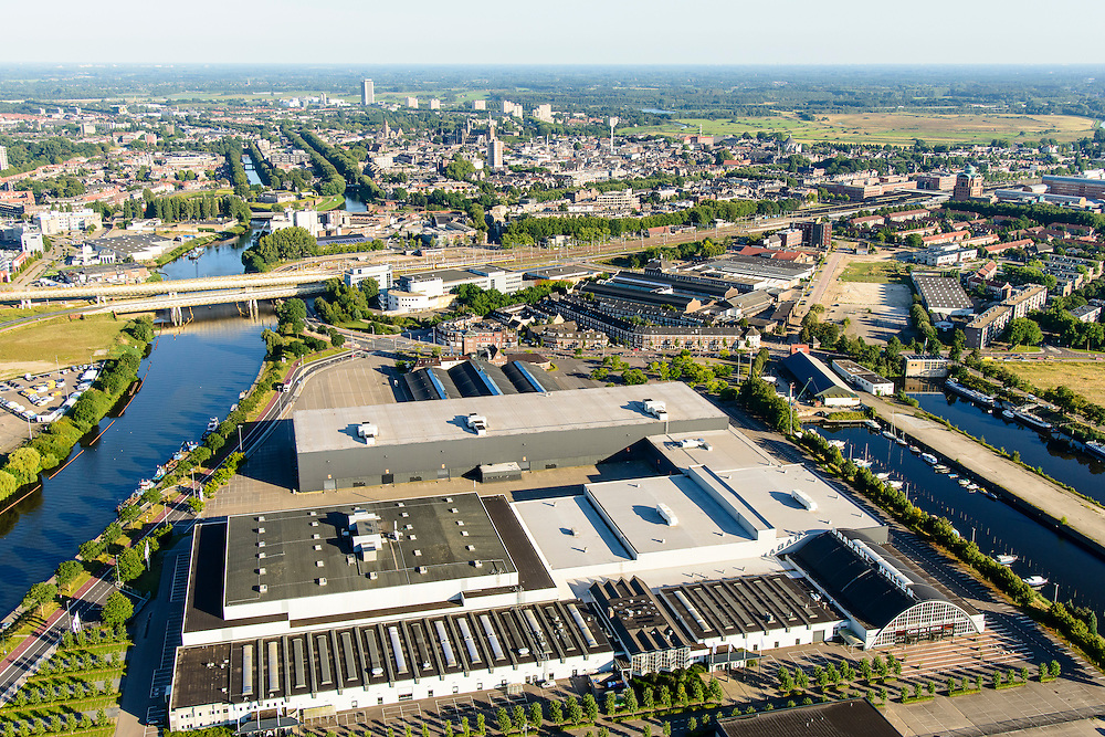 Nederland, Noord-Brabant, Den Bosch, 23-08-2016; Brabanthallen, evenementencentrum voor beurzen, congressen, concerten. Links de Zuid-Willemsvaart, binnenstad in de achtergrond.<br /> Entertainment venue for exhibitions, conferences, concerts.<br /> luchtfoto (toeslag op standard tarieven);<br /> aerial photo (additional fee required);<br /> copyright foto/photo Siebe Swart