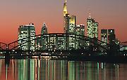 Deutschland, Germany,Hessen.Frankfurt, Main..Main, Skyline (Banken Hochhäuser) bei Daemmerung, Eisenbahnbruecke im Vordergrund.River Main, skyline (banks, highrise buildings) at dusk. Iron railway bridge in foreground...