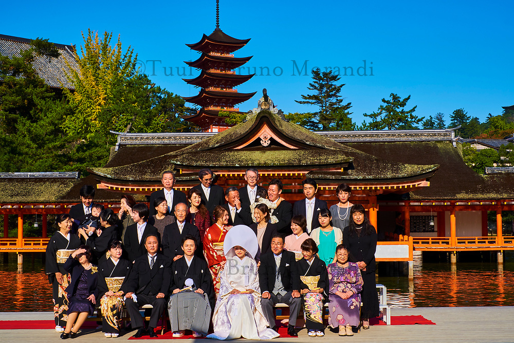 Japon, Ile de Honshu, Ile de Miyajima, sanctuaire shinto d'Itsukushima classé Patrimoine Mondial de l'UNESCO, photo de mariage // Japan, Honshu island, Miyajima island, Itsukushima Shrine, UNESCO World Heritage Site, wedding photo