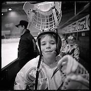 The Russian Years: les années glorieuses du HC Fribourg Gottéron. Le HC Fribourg Gpttéron, un petit club régional de hockey sur glace, vécut plusieures saisons spectaculaires avec l'arrivée de Slava Bykov et Andrei Chomutov, les meilleures joueurs de hockey du monde russes - et les premiers à pouvoir quitter l'union soviétique pour évoluer à l'étranger. Trois fois champions du monde avec l'équipe nationale soviétique et le club de ZSKA Moscow, leur arrivée en Suisse présagait la chute du rideau de fer.  © Romano P. Riedo Piccolos, mini, juniors: hockey school, Eishockey-schule, école de hockey sur les traces des idoles.