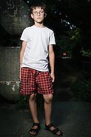 """Stas musste aus dem Zentrum von Lugansk fliehen. Jetzt lebt er seit einem Jahr im ostukrainischen Charkiw zusammen mit seinem Bruder, zwei Großmüttern und einem Großvater. Er vermisst sein Haus und sein Zimmer in Lugansk. Sollte er jemals wieder zurückkehren können, will er zuerst seinen Großvater sehen. Erst dann möchte er seine Freunde treffen. Darauf legt er großen Wert: """"First Grandfather, then freinds"""". Das Flüchtlingswerk der vereinten Nationen geht nach Informationenen des Ukrainischen Sozialministeriums von 1.357918 registirierten Binnenflüchtlingen aus. Die Statistik erfasst jedoch nicht jene, die in den Gebieten leben, die von den prorussischen Separatisten kontrolliert werden. 13 Prozent der ukrainischen Binnenflüchtlinge (IDPs) sind Kinder. Die Hilsoganisation Vostok SOS Schätzt die Zahl der ukrainischen Binnenflüchtlinge auf ca. 2 Millionen. Wer kein Kindergeld oder andere Versorgungsleistungen des States in Anspruch nehmen kann, lässt sich nicht registrieren. Qullen: http://vostok-sos.org // http://reliefweb.int/sites/reliefweb.int/files/resources/gpc_factsheet_june_2015_en_0.pdf"""