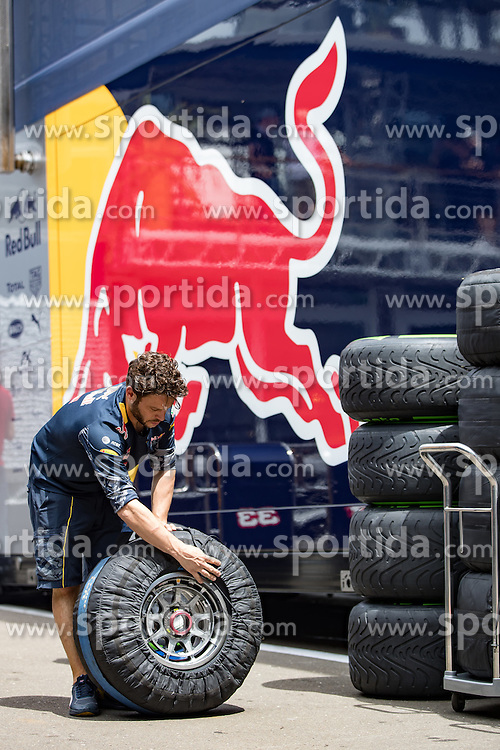 30.06.2016, Red Bull Ring, Spielberg, AUT, FIA, Formel 1, Grosser Preis von Österreich, Vorberichte, im Bild Red Bull Racing Mechaniker bereitet Reifen vor // Red Bull Racing mechanic prepare tire during the Preparation for the Austrian Formula One Grand Prix at the Red Bull Ring in Spielberg, Austria on 2016/06/30. EXPA Pictures © 2016, PhotoCredit: EXPA/ Johann Groder