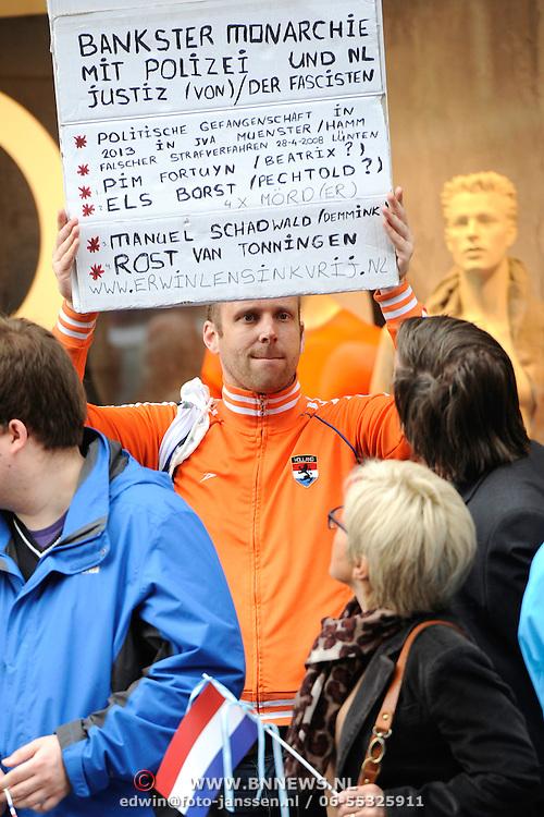 Koning en koningin bezoeken Noordrijn-Westfalen. De politie in Münster (Duitsland) heeft dinsdagmorgen waxinelichthoudergooier Erwin Lensink opgepakt. Lensink stond met een protestbord tussen het publiek dat een glimp wilde opvangen van koning Willem-Alexander en koningin Máxima, die dinsdag het Centrum voor Nederlandstudies in de Duitse plaats bezochten. <br /> <br /> King and Queen visit North Rhine-Westphalia.<br /> Police in Münster (Germany) Tuesday arrested Erwin Lensink the man who trowed a thealightholder to the Gold Carriage two years ago . Lensink stood with a protest sign in the audience.<br /> <br /> Op de foto / On the photo:  Erwin Lensink