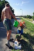 Nijmegen, 21-7-2006..Op de plek op de dijk in Lent zijn gladiolen en andere bloemen neergezet ter nagedachtenis aan de deelnemer aan de 4daagse die hier bezweek...Foto: Flip Franssen