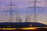 Europa, Deutschland, Nordrhein-Westfalen, Hochspannungsmasten bei Nacht nahe Rommerskirchen im Rhein-Kreis Neuss. - <br /> <br /> Europe, Germany, North Rhine-Westphalia, pylons of transmission lines at night near Rommerskirchen.