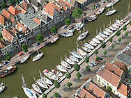 Luchtfoto met zeilschepen in de Noorderhaven in het centrum van de havenstad Harlingen.