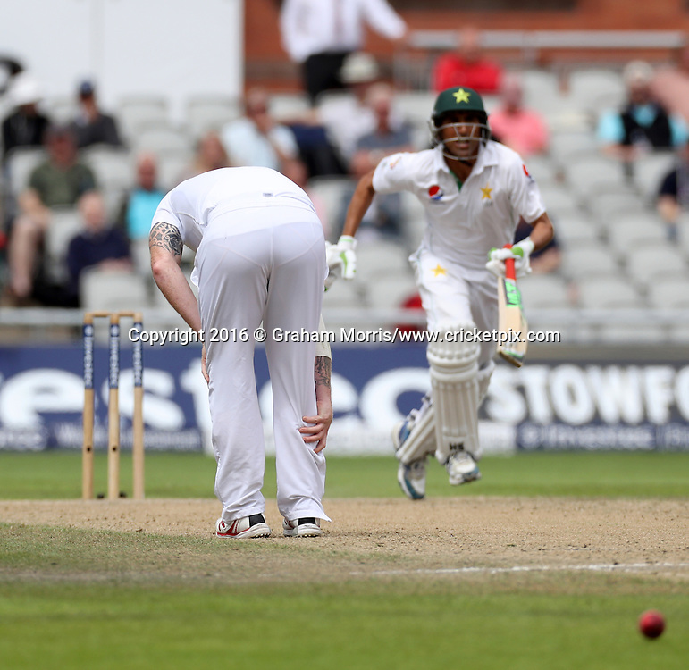 Bowler Ben Stokes pulls up with a calf injury and leaves the field during the second Investec Test Match between England and Pakistan at Old Trafford, Manchester. Photo: Graham Morris/www.cricketpix.com 25/7/16