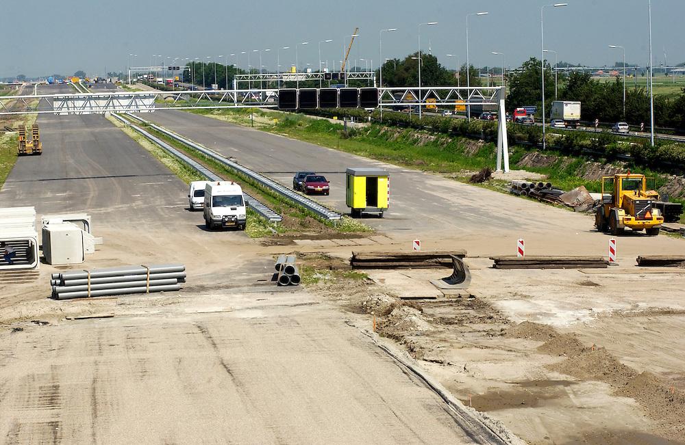 Nederland, Prinsenbeek, 17-6-2002.Wegenaanleg. Bij Prinsenbeek wordt de snelweg verbreed en verlegd. Meer asfalt! Nieuwe wegen naast oude wegen..Foto(c): Michiel Wijnbergh/Hollandse Hoogte